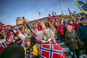 Sebastian Samuelssons mamma Sofia klämd mellan norska supporters och SVT:s intervjuare Peter Jonsson.