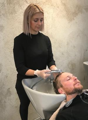 För att kunna ta ett Mästarbrev som frisör ska man ha jobbat 10 000 timmar, något som Annika Sundt gjort med råge.