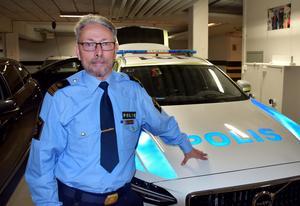 Polisyrket är ett sidospår, egentligen skulle Leif bli ICA-handlare.