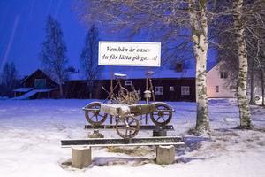 Genom byn är hastigheten 50 kilometer i timmen, men många kör alldeles för fort, speciellt under vinterns turistsäsong.