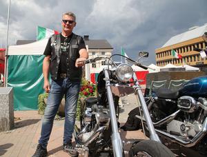 Christer Sundin från Sundsvall bredvid sin Chopper - den enda han inte byggt själv.