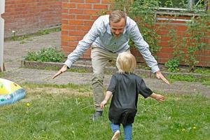 Emil Sjöö tränar målgester med sonen Edvin.