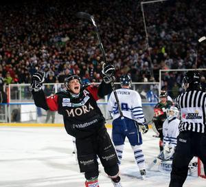 Marco Tuokko hyllade Jan Simons på hans stora kväll. På bilden jublar han efter ett derbymål mot Leksand i utomhusmatchen 2011.