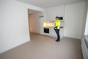 Ulrika Kregert är lokalsamordnare på kommunala bostadsföretaget AB Tierpsbyggen och visar en av lägenheterna för Arbetarbladet.