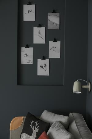 I vardagsrummet är väggen utbyggd för att skapa ett djup i rummet.