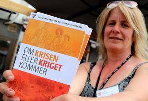 Marie Öberg visar broschyren som alla hushåll kommer få i brevlådan under nästa vecka.