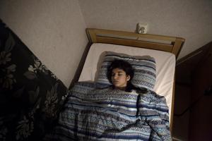 Xheneta är från Kosovo och hon har varit medvetslös i tre år. Skräckinjagande och djupt traumatiserande upplevelser från hemlandet har fått hennes kropp och psyke att stänga av.