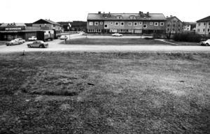 Så här såg det ut i Backe 1975,  innan Ica och Apoteket byggde nytt affärshus.