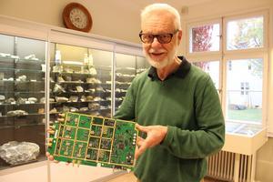 Peter Harström med en komponent som finns i mobilmaster. Den är guldpläterad då guld leder ström bra och är hållfast.