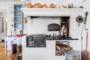 Köket har ny vedspis och bakugn. Foto: Länsförsäkringar Fastighetsförmedling Ludvika