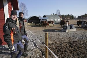 Ann Eriksson, enhetschef för betesdjursverksamheten, och skötaren Samuel Haile hoppas att verksamheten får leva vidare i någon form.