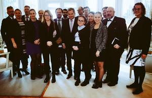 President Sauli Niinistö (lila slips i mitten) tog emot en grupp svenska ledarskribenter. Den här artikelns skribent står näst längst till höger i bild. Fotografiet är taget av Presidentens adjutant.