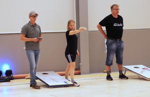 Det är väldigt spridda åldrar på deltagarna i Svenska öppna cornholemästerskapen. Anders Lundgren till höger vann dubbel öppna med sin fru Camilla Lundgren (ej med på bilden)