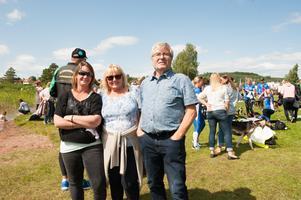 Annelie Högnäs, Ninni Tiger och Roger Appelgren tittar på premiären av Siljansrodden.– Sonen tävlar för Jugen Jon säger Ninni.