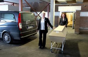 Pia Alm och Maud Fröst från Fonus begravningsbyrå hämtar en kropp på Sundsvalls Sjukhus  2015.  Foto: Håkan Humla