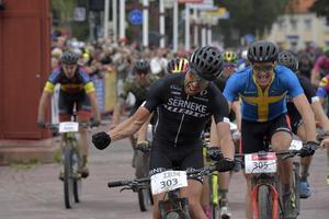 Emil Lindgren vrålade ut sin glädje efter att ha vunnit Cykelvasan för första gången. Till höger Matthias Wengelin.