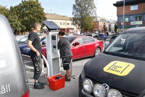 Nio solcellsdrivna, digitala parkeringsautomater monterades dagarna innan avgifter på vissa parkeringar i centrala Norrtälje börjar gälla. Från och med måndag 17 september är det fri parkering i två timmar. Sedan kostar det 10 eller 15 kronor per timme, beroende på vilken parkering man står på.