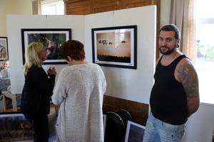 Fotografen Linus Gustavsson hade utställning i Kyrkskolans kafé. De flesta bilderna har han tagit här i trakten.