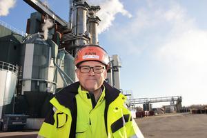 Henrik Holm berättar att fabriken inte bara lagt om produktionen. Man har också satsat med på att rena avgaser.
