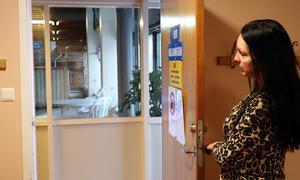 Öppnar någon dörren så ges full insyn i omklädningsrummen för de som vistas i simhallen.