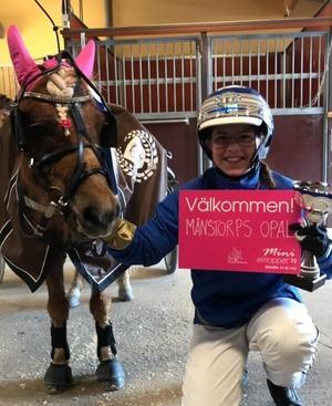 Emelinda Persson och Månstorps Opal, när de vann mini-elitloppstestet på Solvalla den 15 maj och därmed fick en rosa biljett.