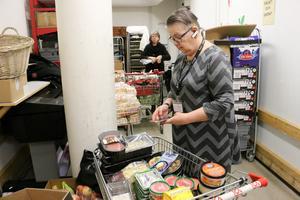 Lena Nilsdotter och Marita Galistel lägger en dryg timme varje arbetspass på att ta reda på mat med kort datum som går till behövande i nätverket Food2change.