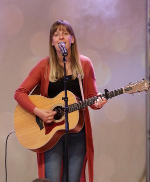 Emilia Lindberg sjunger på Dellenbaden. Foto: Peter Stillberg