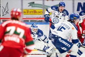 Lucas Nordsäter försvarar Axel Brage och målburen i första matchen mot Mora. Foto: Daniel Eriksson/Bildbyrån.