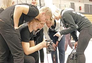 Kristoffer Antfolk dokumenterar gymnasiemässan med sin kamera. Han har precis tagit ett fotografi som nu kollas av på kamerans bildskärm för godkännande av de som är med på bilden.