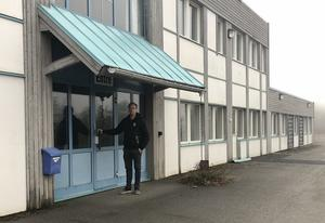 Daniel Molin vid entrén till byggnaden han nu köpt. Foto: Privat