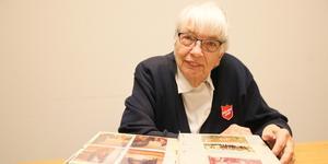 Gunnel Grönstrand kom till Avesta Tidning för att visa bilder ur albumet, iklädd Frälsningsarméns privata uniform.