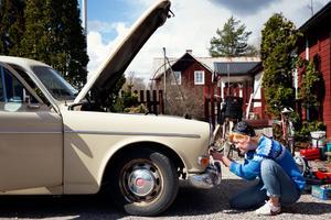 Anna Staffansson, bilentusiast, monterar isär en framlampa på sin Amazon Herrgårdsvagn från 1968.