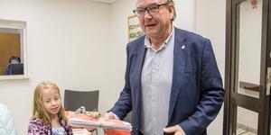Anders Röhfors (M), tog emot två olika typer av namnlistor. En mot protester om nedläggningen av Medåker skola och den bunt med röd plastficka och rosett namnunderskrifter på de som vill ha en folkomröstning om att bevara en kommunal skola i Medåker.