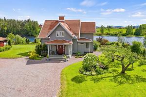 Fem minuter in till Borlänge och lika många minuter till Torsång. En villa belägen vid Dalälven.  Ingår även en stor lada med möjlighet till en platskrävande verksamhet. Foto: Patrik Persson.