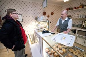 Michael Lindahl tar beställning från Felix Hagman, som är på Elsas för första gången. Han har bott i Norberg två månader och har hört mycket gott om konditoriet: