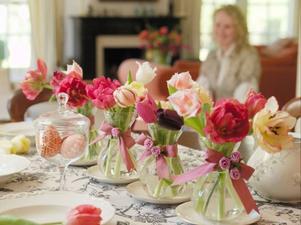Vilken vårstämning. Med en mix av färgglada papegojtulpaner i små vaser i rad på middagsbordet blir vårstämningen förhöjd med flera snäpp.