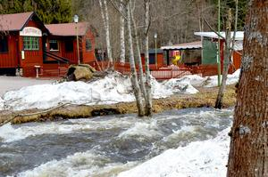 Även om vattnet fortfarande forsar fram i Ljusterån så är Spikholmen i Säterdalen redan torr.