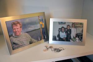 I bokhyllan står fotografier på Inge och Helena med tvillingarna. Där ligger också snäckhalsbandet som Inge hade på sig när han hittades.