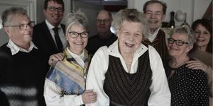 Gammal i gården: Sigge Jansson, kommunalrådet Anders Häggkvist (C), Synnöve Hassager, Sören Börne, 100-åringen Jenny Börne, Yngve Börne, Gunvor Jansson och Gunilla Johansson firade Jenny på Lillhånäset på tisdagen.