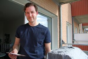 Stefan Ullström blev helgens stora hjälte när han ryckte ut och släckte en brand på grannens balkong – när grannen inte ens hade märkt att det brann.