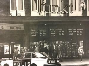 Utanför stora entrén till Punkt 1978.