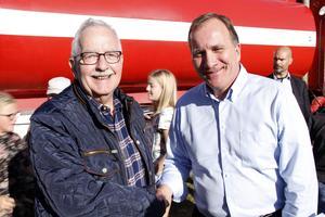 Kommunalrådet Lars Molin, (M), skakade hand med den S-märkte statsministern.