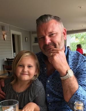 Mathias Mohlin med dottern Peggy.