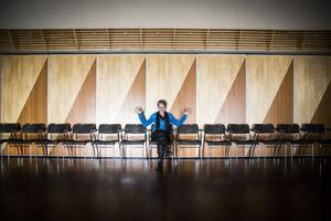 Malin Hülphers är scenkonstchef på Estrad Norr och provar något helt nytt med Salongsorkestern och lantbrukaren Thorsten Laxvik.