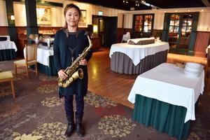 Hiroko Nishikawa flyttade till Mora 2013 och varit frilansmusiker sedan 2017. Hon underhöll på hotellet när gästerna anlände.