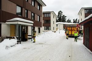 Ett par hundra meter bort började en barnvagn brinna, ungefär 30 minuter innan branden i källaren.