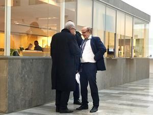 """""""Ni höll på det här under ett år!"""" Åklagare Christer Sammens (till höger) ställer Stora Ensos advokat Tomas Nilsson till svars i en paus. Detta efter att Nilsson plötsligt lämnat in en sista expertutlåtande under rättegångens sista dag. Utlåtandet visade sig vara ett år gammalt och hade troligen legat på advokatkontoret under lång tid."""