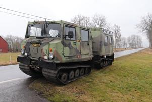 Försvarsmakten bistår med bandvagnar i sökandet.