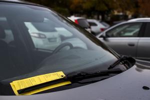 Nu blir det dyrare att parkera fel eller att dröja för länge efter att parkeringstiden har gått ut.