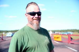 Johan Hansson jobbar med motorarrangemangen på Tallhed. I helgen kommer det även att komma en del snabba MC till flygfältet.